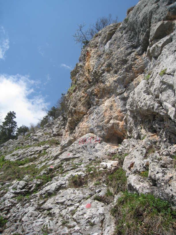 Felsnische und -aufschrift