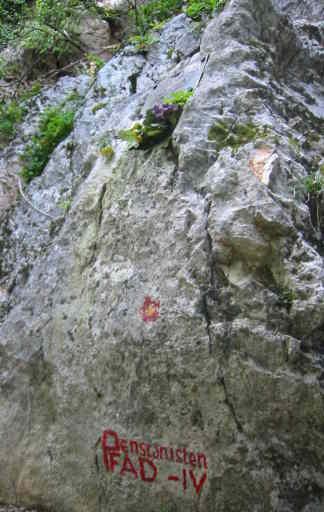 Kennzeichnung am Fels und Gedenktafel