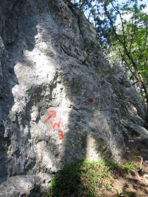 Felswand mit Aufschrift
